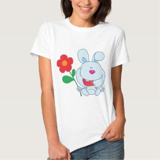 Un conejito feliz sostiene la flor playeras