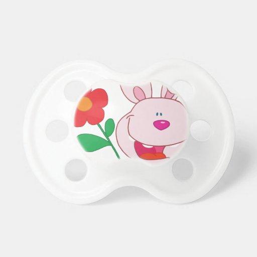 Un conejito rosado feliz sostiene la flor chupetes