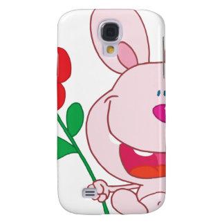 Un conejito rosado feliz sostiene la flor