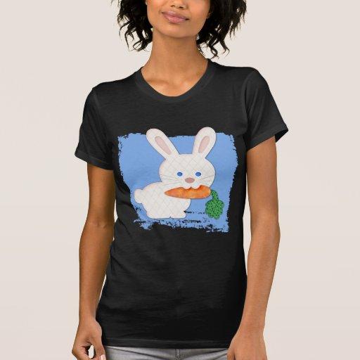 Un conejo blanco acolchado zanahoria camiseta