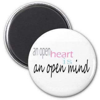 Un corazón abierto es una mente abierta imán redondo 5 cm