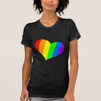 Un corazón en colores del arco iris camiseta