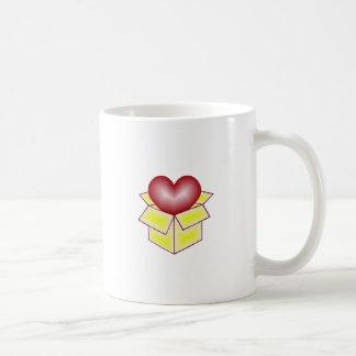 Un corazón en una caja de regalo - amarillo taza básica blanca