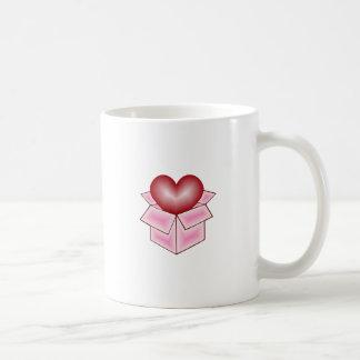 Un corazón en una caja de regalo - rosa taza básica blanca