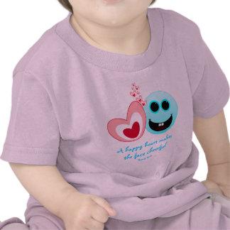 Un corazón feliz - 15:13 de los proverbios camiseta