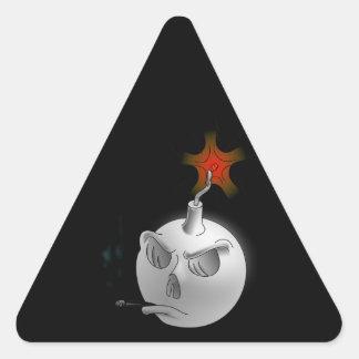 Un cráneo de la bomba que fuma colcomanias de trianguladas