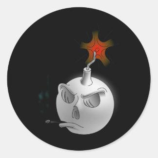 Un cráneo de la bomba que fuma etiquetas redondas