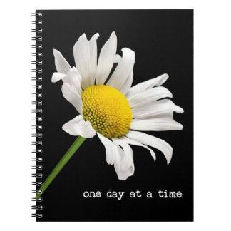 Un cuaderno de la margarita del día a la vez