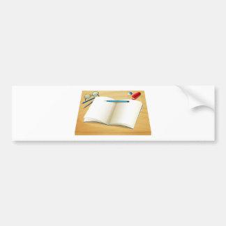 Un cuaderno vacío sobre la tabla de madera pegatina para auto