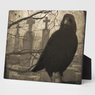 Un cuervo en la necrópolis placas de madera