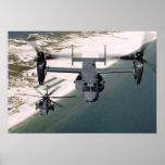 Un CV-22 Osprey y un MH-53 pavimentan punto bajo Poster