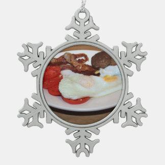 Un desayuno grande adorno de peltre en forma de copo de nieve