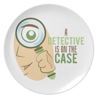 Un detective está en el caso platos de comidas