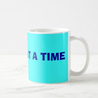Un día a la vez asalta taza de café