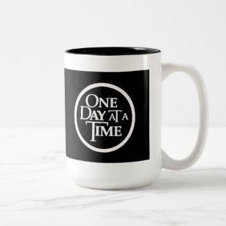 Un día a la vez asalta taza de café de dos colores