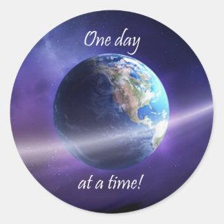 Un día a la vez pegatina redonda