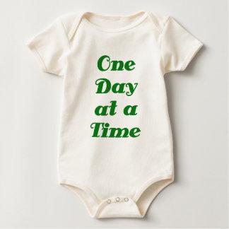 Un día a la vez traje de bebé