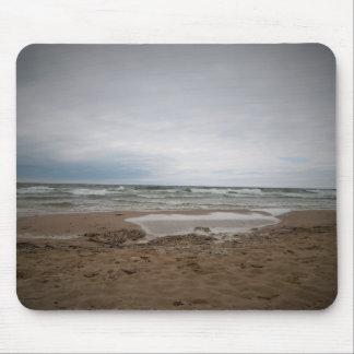 Un día de niebla en la playa mousepads