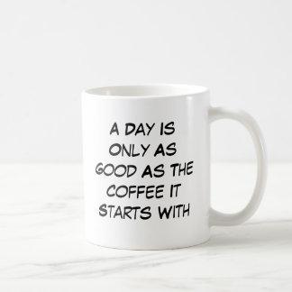 Un día es solamente tan bueno como el café que com taza básica blanca