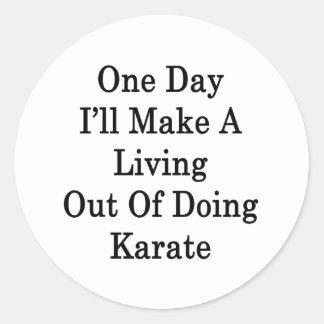 Un día haré A que vive fuera de hacer karate Etiqueta