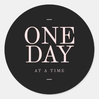 Un día - metas rosadas negras inspiradoras de las pegatina redonda