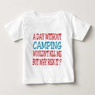 Un día sin acampar no me mataría remera