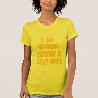 ¡Un día sin sol se llama Night! Camiseta