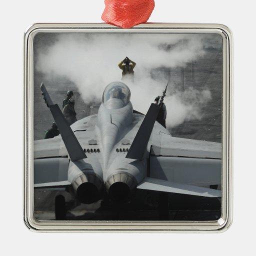 Un director de la cubierta de vuelo señala un F/A- Ornamentos De Reyes
