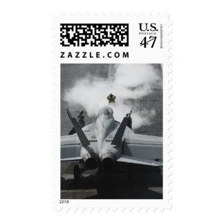 Un director de la cubierta de vuelo señala un sellos