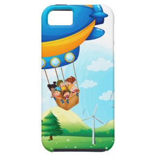 Un dirigible con los niños que pasan sobre una iPhone 5 fundas