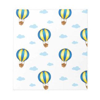 Un diseño inconsútil con los globos flotantes bloc de papel