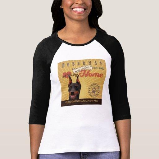 Un Doberman cariñoso hace nuestro hogar de la casa Camiseta