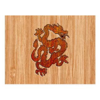Un dragón rojo en bambú tiene gusto tarjeta postal