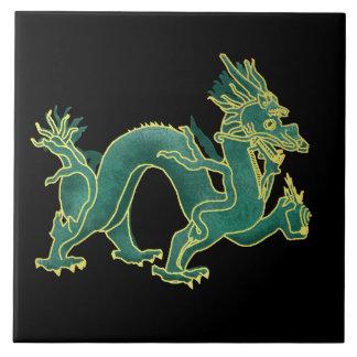 Un dragón verde con el accesorio de oro azulejo cuadrado grande
