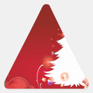 Un duende al lado del árbol de navidad pegatina triangular