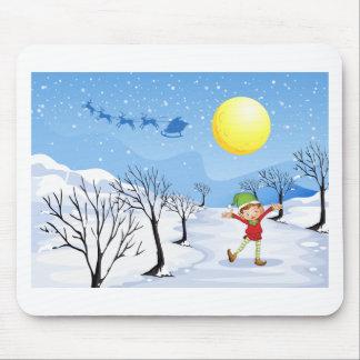 Un duende en un lugar nevoso alfombrillas de raton