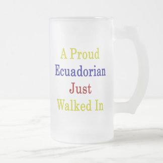 Un Ecuadorian orgulloso acaba de caminar adentro Taza De Café