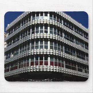 Un edificio de oficinas moderno tapete de ratones