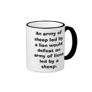 Un ejército de ovejas llevadas por un león taza de dos colores