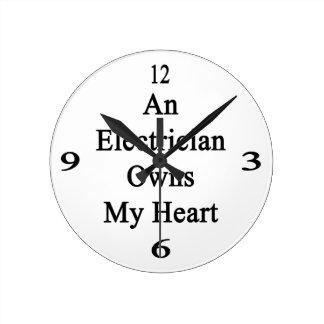 Un electricista posee mi corazón reloj redondo mediano