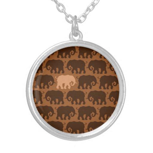 Un elefante beige en una manada de Brown Pendientes Personalizados