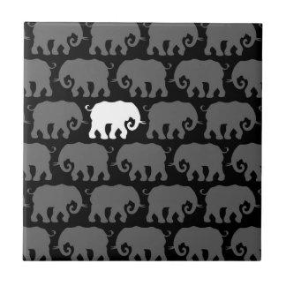 Un elefante blanco en una manada azulejo