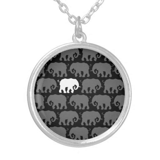 Un elefante blanco en una manada grimpola personalizada