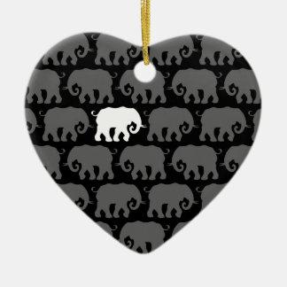 Un elefante blanco en una manada adorno de navidad