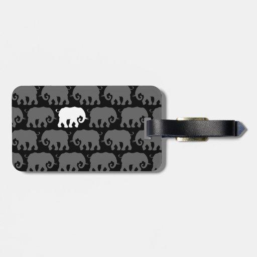 Un elefante blanco en una manada etiqueta para equipaje