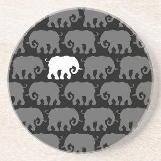 Un elefante blanco en una manada posavaso para bebida