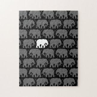 Un elefante blanco en una manada puzzle