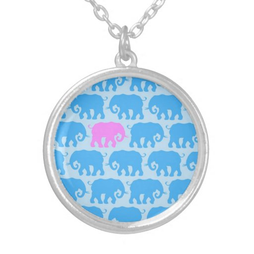 Un elefante rosado en una manada del azul pendiente personalizado