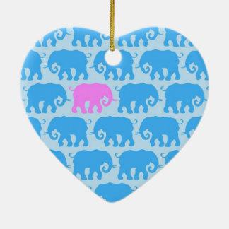 Un elefante rosado en una manada del azul adorno para reyes