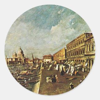 Un embarcadero en Venecia con la librería que hace Etiqueta Redonda